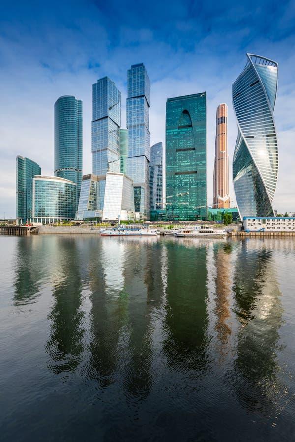 Moskwa miasta linia horyzontu Moskwa Międzynarodowy Biznesowy Centre przy dnia czasem z Moskva rzeką zdjęcia royalty free