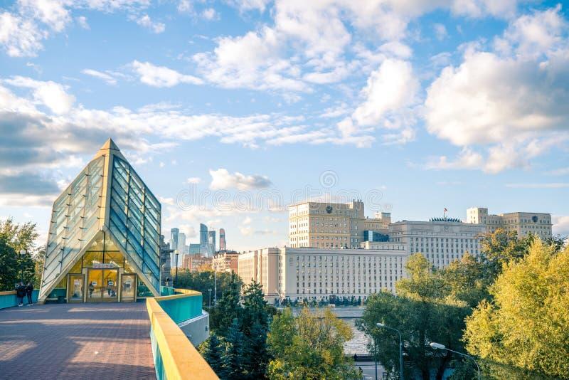 Moskwa pejzaż miejski Rosyjski ministerstwo obrony, Moskwa miasta dzielnica biznesu i mostu galeria krzyżuje Moskwa rzekę od Gork obrazy royalty free