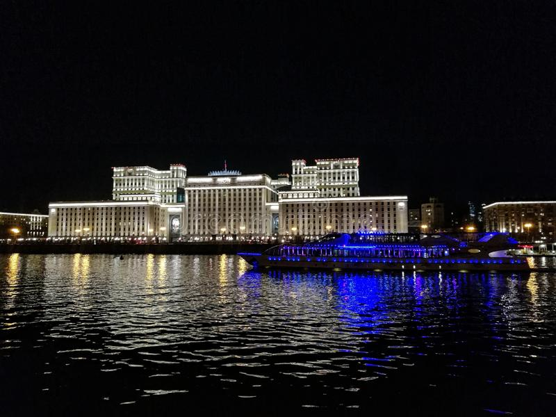 MOSKWA, MOSKWA region ROSJA, KWIECIEŃ, - 14, 2017: Ministerstwo obrona Rosja terenu tła centrum miasta projektów fontanny Kiev me obraz royalty free