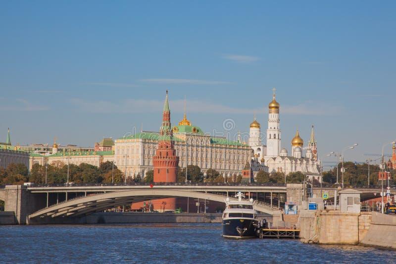MOSKWA, ROSJA: Ampuła kamienia most na tle Moskwa rzeka przy zmierzchem na słonecznym dniu zdjęcie royalty free