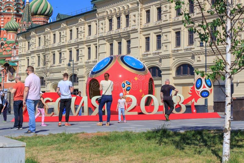 Moskwa Rosja, Czerwiec, - 03, 2018: Chodzący turyści blisko symbolu FIFA puchar świata Rosja 2018 w Zaryadye parku na pogodnym le zdjęcie stock