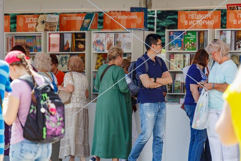 Moskwa Rosja, Czerwiec, - 02, 2019: Gości blisko stojaki z książkami przy Książkowym festiwalu placem czerwonym 2019 w Moskwa zdjęcie royalty free