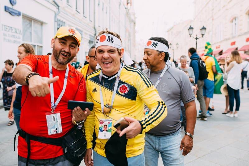MOSKWA ROSJA, CZERWIEC, - 2018: Grupa byczy fan z Japońskimi symbolami na ulicach Moskwa podczas pucharu świata fotografia stock