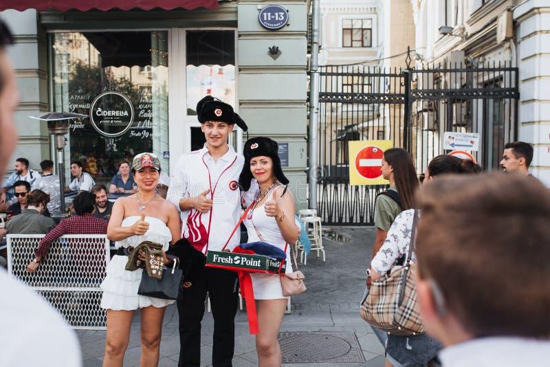 MOSKWA ROSJA, CZERWIEC, - 2018: Polski fan piłki nożnej fotografuje z Rosyjskimi dziewczynami jest ubranym kapelusze w centrum Mo zdjęcie royalty free
