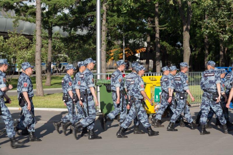 Moskwa Rosja, Czerwiec, -, 2018: Rosjanina OMON polici odprowadzenie po FIFA pucharu świata dopasowania w Moskwa Futbolowa puchar obrazy stock