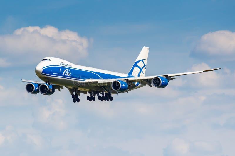 Moskwa Rosja, Czerwiec, - 21, 2019: Samolot Boeing 747-8HVF VQ-BGZ AirBridgeCargo linii lotniczej lądowanie przy Domodedovo zawod obrazy royalty free