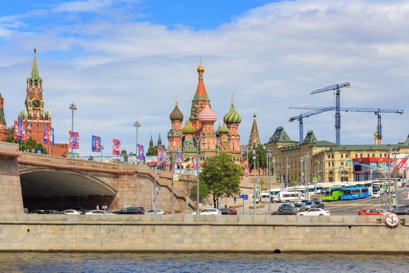 Moskwa Rosja, Czerwiec, - 21, 2018: St basile Katedralni na placu czerwonego i Spasskaya wierza Moskwa Kremlin przeciw Moskva rze zdjęcia stock