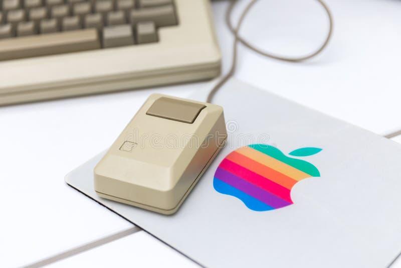 MOSKWA ROSJA, CZERWIEC, - 11, 2018: Stara oryginalna Apple Mac mysz zdjęcia stock