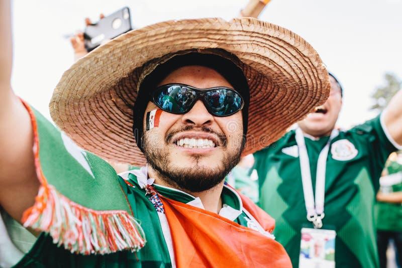 MOSKWA ROSJA, CZERWIEC, - 2018: Szczęśliwy Meksykański fan z sombrero podczas FIFA pucharu świata i flaga fotografia stock