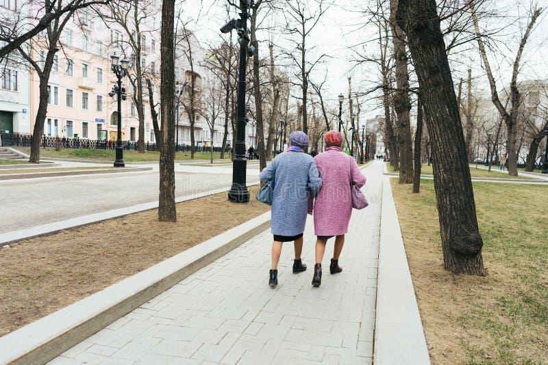 Moskwa, Rosja - 04 20 2019: Dwa eleganckiej starej babci identically ubierającej obraz royalty free