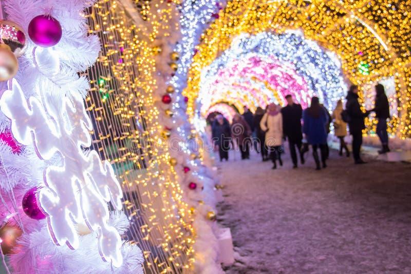 MOSKWA ROSJA, GRUDZIEŃ, - 21, 2017: Ludzie i turyści chodzą wzdłuż Tverskaya ulicy dekorującej dla nowego roku i bożych narodzeń  obraz royalty free