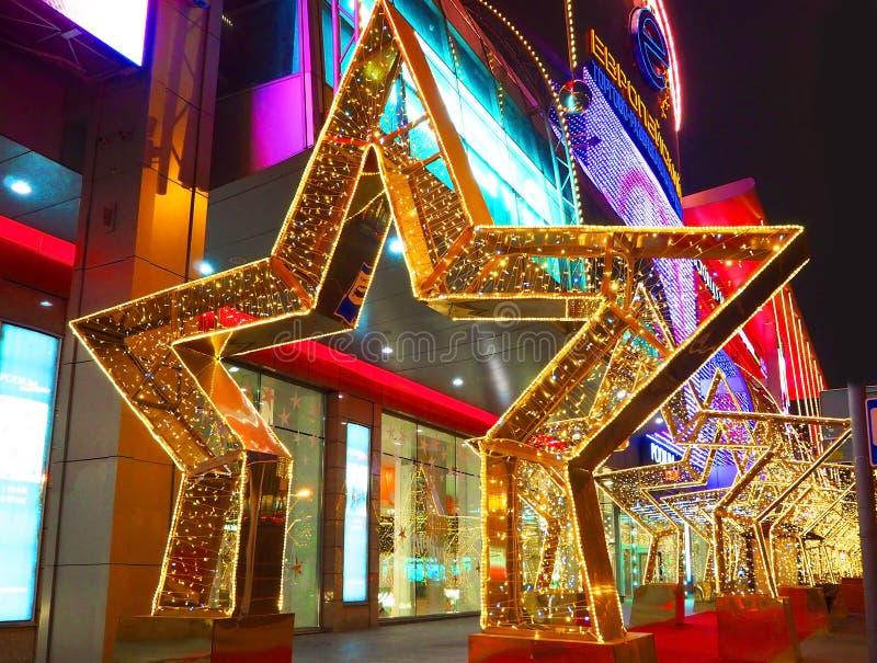 MOSKWA ROSJA, GRUDZIEŃ, - 2017: Nowy Rok 2018 i Bożenarodzeniowa nowy rok dekoracja ulica w formie tunel gwiazdy fotografia stock