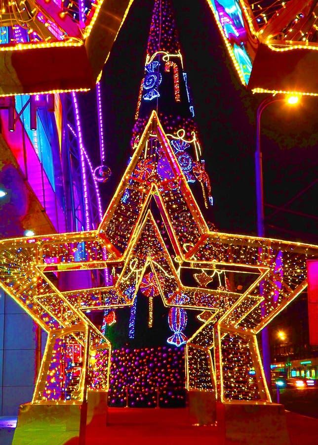 MOSKWA ROSJA, GRUDZIEŃ, - 2018: Nowy Rok 2019 i Bożenarodzeniowa nowy rok dekoracja ulica w postaci tunelu gwiazdy zdjęcie royalty free