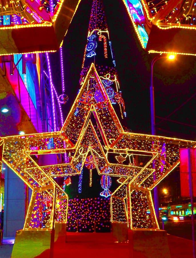 MOSKWA ROSJA, GRUDZIEŃ, - 2018: Nowy Rok 2019 i Bożenarodzeniowa nowy rok dekoracja ulica w postaci tunelu gwiazdy obrazy stock