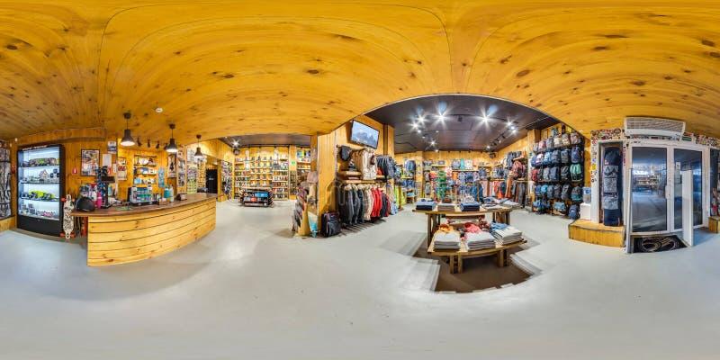 MOSKWA ROSJA GRUDZIEŃ 21 2017 Sklepowych sportowych towarów dla aktywnego i ekstremum sportów Snowboards, narty, bicykle, 360 pan obraz royalty free