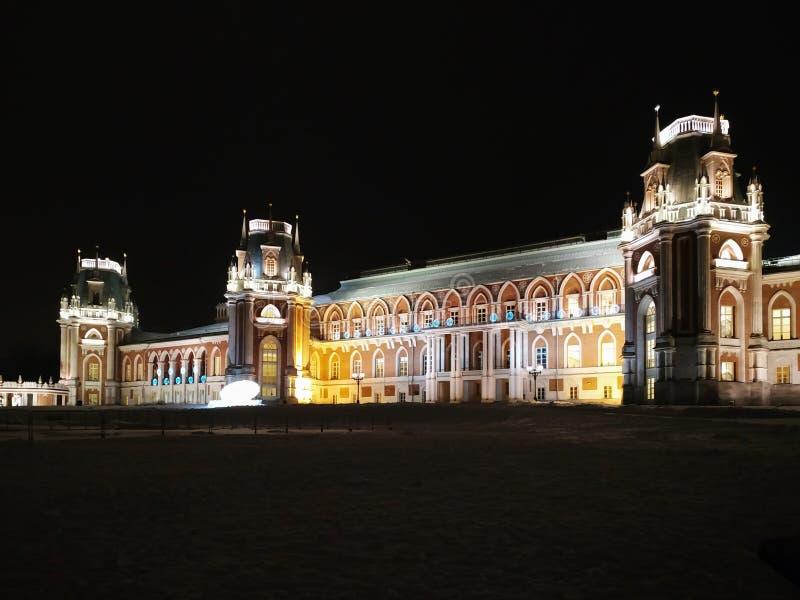 Moskwa Rosja, Grudzień, - 17, 2018: Uroczysty pałac z lekkimi dekoracjami w Tsaritsyno parku przy Moskwa zimy nocą obraz stock
