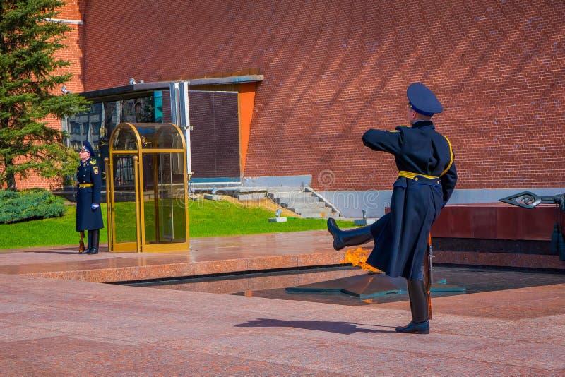MOSKWA, ROSJA KWIECIEŃ, 24, 2018: Cogodzinna zmiana gwardia prezydencka Rosja przy grobowem Niewiadomy żołnierz i zdjęcia royalty free