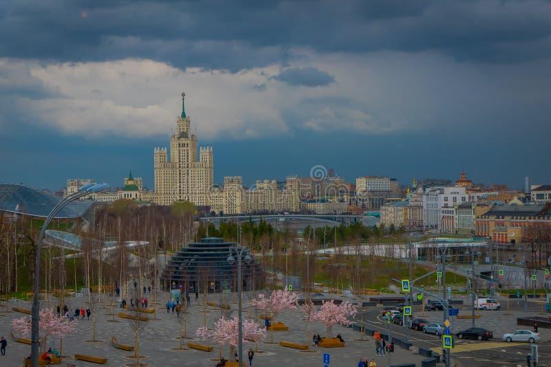 MOSKWA, ROSJA KWIECIEŃ, 24, 2018: Nad widok arbat ulica z niezidentyfikowanymi turystami chodzi blisko do różowych drzew wewnątrz zdjęcie royalty free