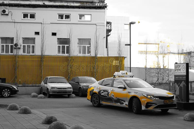 Moskwa, Rosja, Kwiecień 2019 - Nowożytny styl życia i miastowy krajobraz, jard z samochodami miastowy dom zdjęcia royalty free