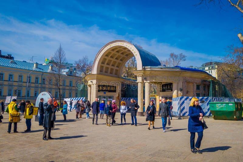 MOSKWA, ROSJA KWIECIEŃ, 24, 2018: Plenerowy widok niezidentyfikowani ludzie chodzi wokoło wchodzić do stacja metru w pośpiechu zdjęcie stock
