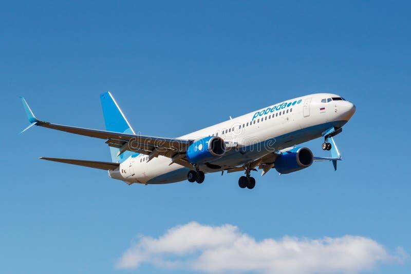 Moskwa Rosja, Kwiecień, - 03, 2019: Samolot Boeing 737-8ALWL VP-BPS iść lądować przeciw niebieskiemu niebu przy Vnukovo Pobe fotografia stock