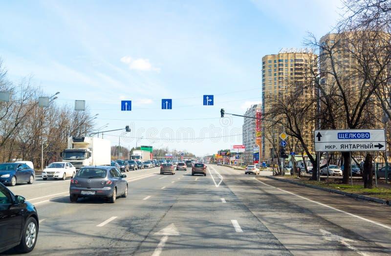MOSKWA ROSJA, Kwiecień, - 08 2016 Schelkovskoe autostrady omijanie przez miasteczka Balashikha zdjęcia stock