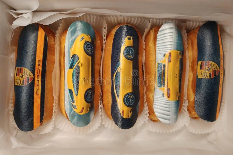 Moskwa Rosja, Kwiecień, - 30, 2019: Specjalni wyłączni eclairs dla Porsche fan Słodcy ciasta rozkazywać obraz stock