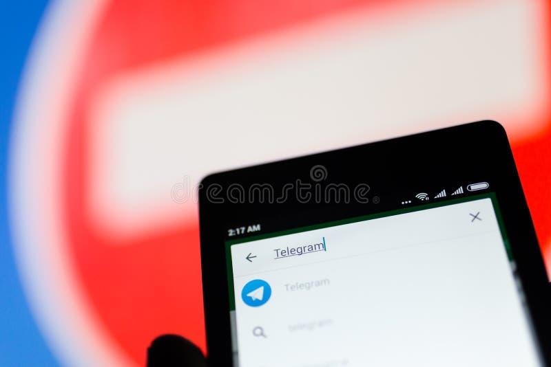 MOSKWA ROSJA, KWIECIEŃ, - 17, 2018: Telefon komórkowy w ręce z telegrama zastosowaniem na Google sztuki sklepie obrazy stock