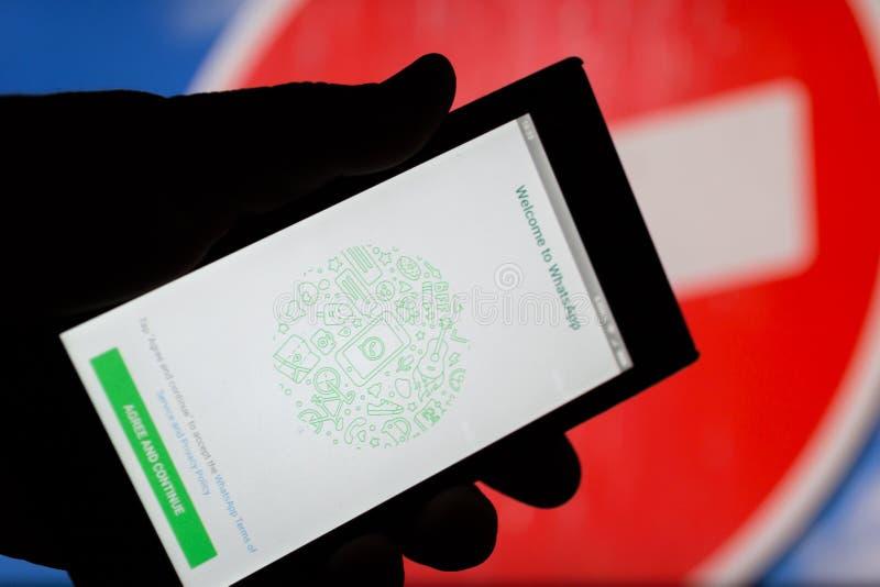 MOSKWA ROSJA, KWIECIEŃ, - 16, 2018: Telefon komórkowy z Whatsapp zastosowaniem w ręce przeciw zabrania znakowi fotografia royalty free