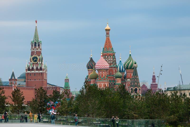 MOSKWA ROSJA, KWIECIEŃ, - 30, 2018: Widok Moskwa Kremlin, Spassky wierza i St basilu katedra, Zaryadie park zdjęcie royalty free