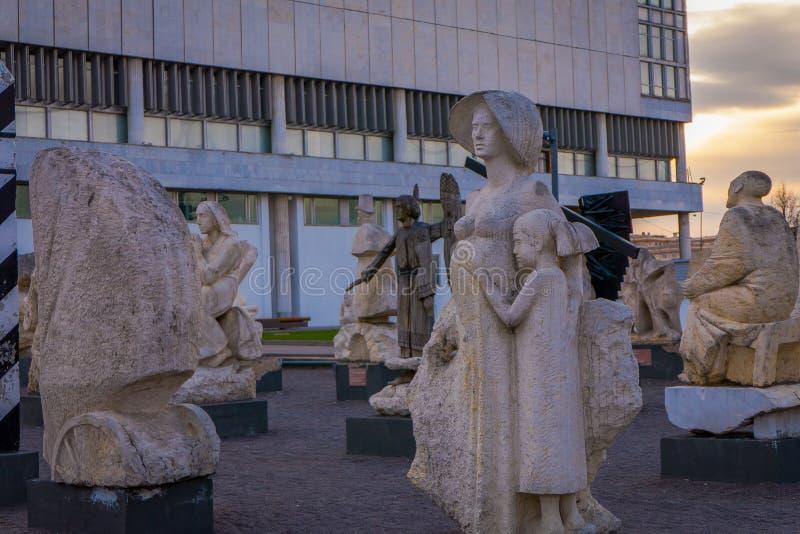 MOSKWA, ROSJA KWIECIEŃ, 24, 2018: Widok nowożytne rzeźby w Moskwa parku sztuki Muzeon Spadać zabytki Parkują zdjęcie stock
