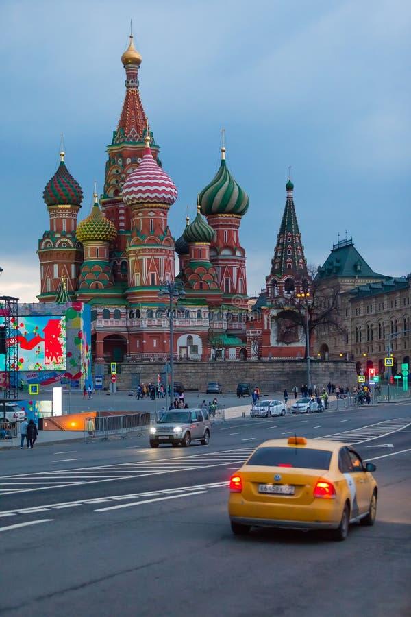 MOSKWA ROSJA, KWIECIEŃ, - 30, 2018: Widok plac czerwony, St basilu ` s katedra i Spasskaya wierza Moskwa Kremlin, obraz stock