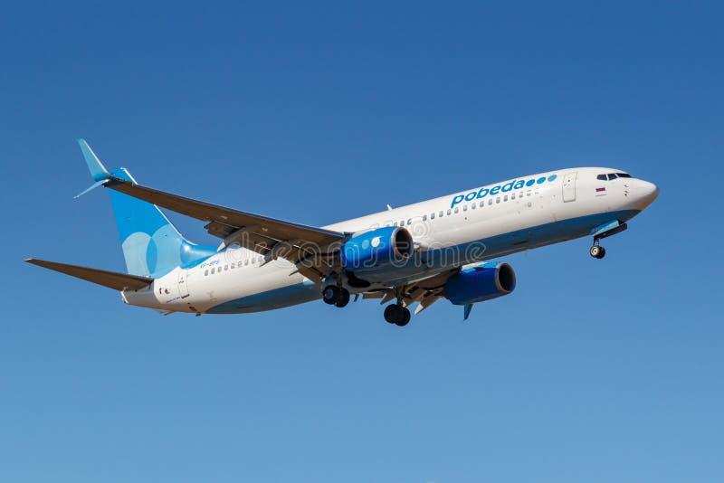 Moskwa Rosja, Kwiecie?, - 03, 2019: Samolot Boeing 737-8ALWL VP-BPS i?? l?dowa? przeciw niebieskiemu niebu przy Vnukovo Pobeda li obraz stock