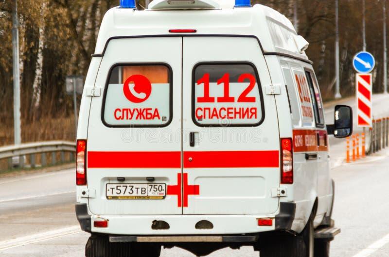 Moskwa, Rosja - 19 kwietnia 2020: światowa pandemia koronawirusa, rosyjski samochód karetki w ruchu Inskrypcja obrazy royalty free