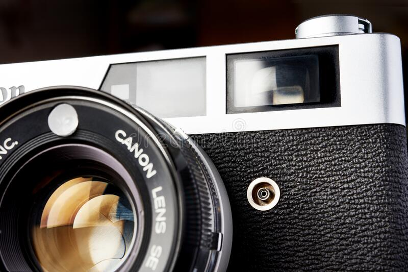Moskwa, ROSJA - 13 KWIETNIA 2020: Canon QL 19 rangefinder vinder kamera 1965 obrazy stock