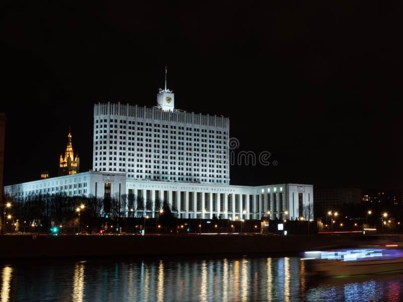 Moskwa, Rosja - 30 kwietnia 2019 r. Wieczorem Izba Rządu Federacji Rosyjskiej Długi rzut zdjęcie royalty free