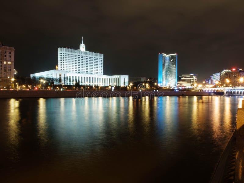 Moskwa, Rosja - 30 kwietnia 2019 r. Wieczorem Izba Rządu Federacji Rosyjskiej Długi rzut zdjęcia royalty free