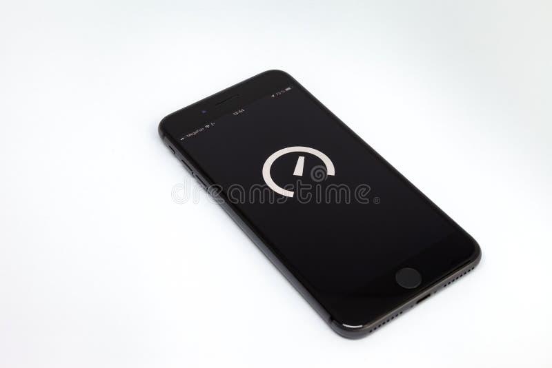 Moskwa, Rosja, Lipiec/- 13, 2019: Czarny iPhone 8 Plus biały tło dalej Na ekranie program Speedtest zdjęcia stock
