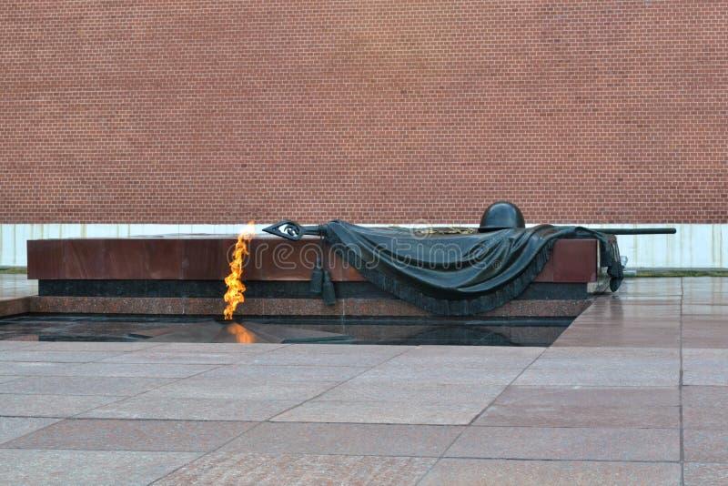 MOSKWA ROSJA, Lipiec, - 3, 2018 Grobowiec Niewiadomy żołnierz przy Kremlin w Moskwa, Rosja Wiecznie płomień pali ku pamięci obraz royalty free