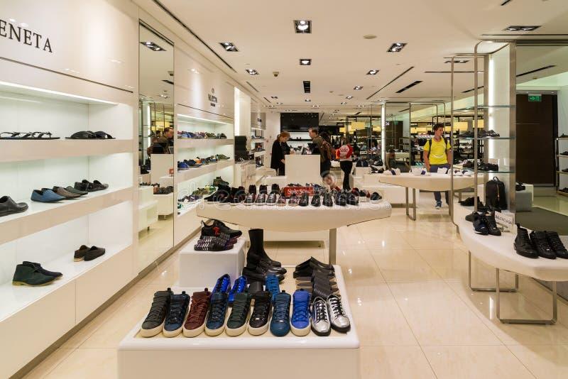 Moskwa Rosja, Lipiec, - 25 2017 Mężczyzna obuwie w sklepie TSUM - Środkowy wydziałowy sklep obrazy royalty free