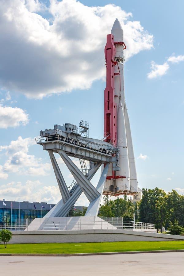 Moskwa Rosja, Lipiec, - 22, 2019: Przygotowywa wszczynać modela sowiecka astronautyczna rakieta Vostok w VDNH parku w Moskwa prze fotografia royalty free