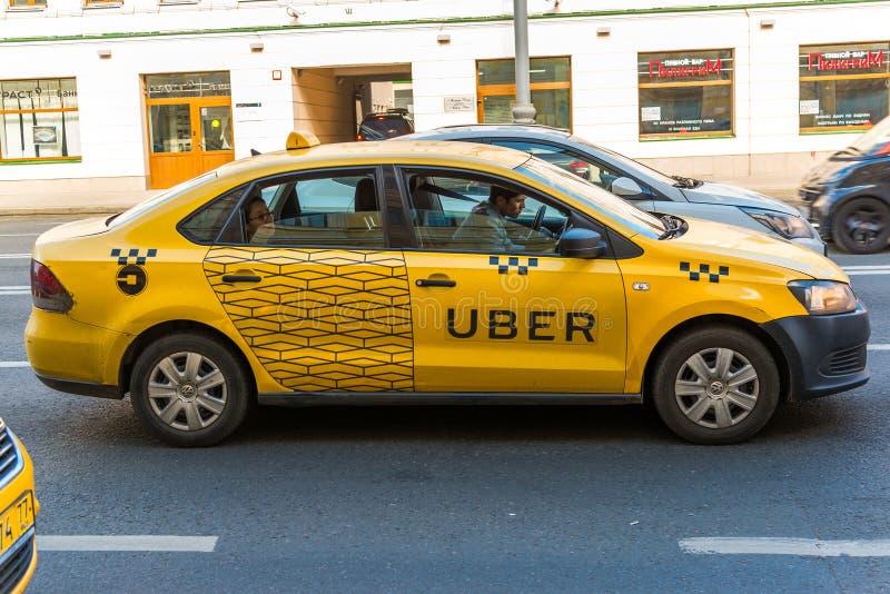 MOSKWA ROSJA, Lipiec, - 24 2017 Taxi firma Uber iść na prospektu Mira ulicie obraz royalty free