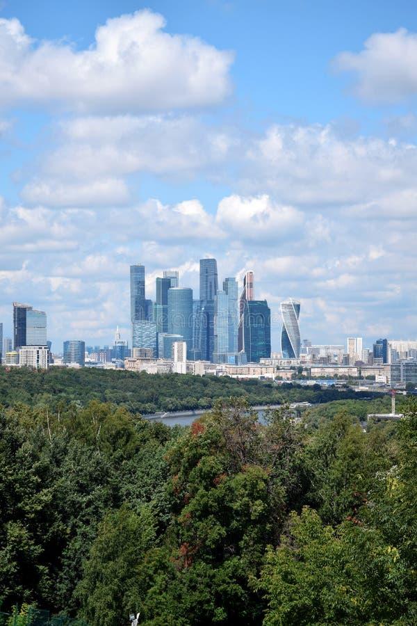 Moskwa Rosja, Lipiec, - 8, 2019: Widok Moskwa centrum biznesu Międzynarodowi drapacz chmur chmurny niebo od Wróbliego i Cześć obrazy royalty free
