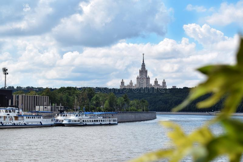 Moskwa Rosja, Lipiec, - 8, 2019: Widok Moskva Moskwa i rzeki stanu uniwersytet od Vorobyevskaya bulwaru fotografia royalty free