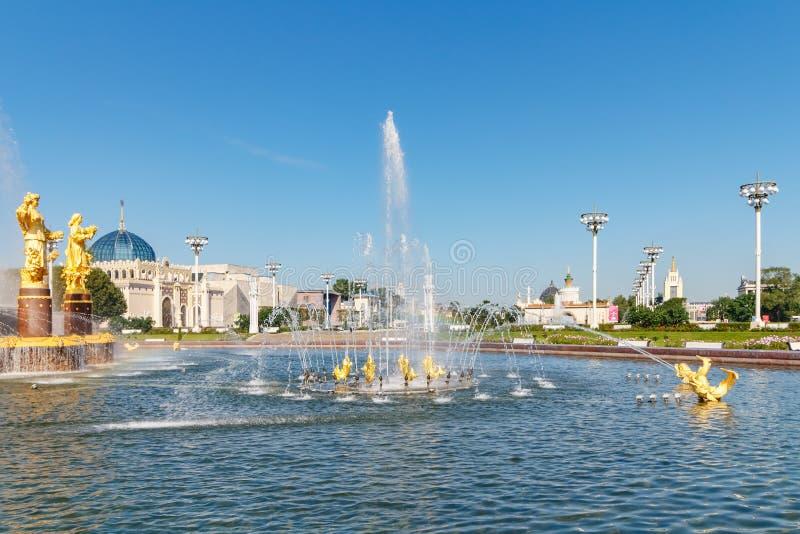 Moskwa Rosja, Lipiec, - 22, 2019: Widok przyjaźń Zaludniałam fontanna w VDNH parku w Moskwa przy pogodnym letnim dniem przeciw ni zdjęcia stock