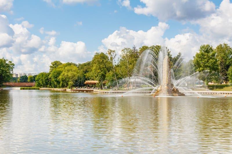 Moskwa Rosja, Lipiec, - 22, 2019: Widok Złota kolec fontanna i Kamensky staw w VDNH parku w Moskwa przy pogodnym letnim dniem VDN zdjęcie royalty free