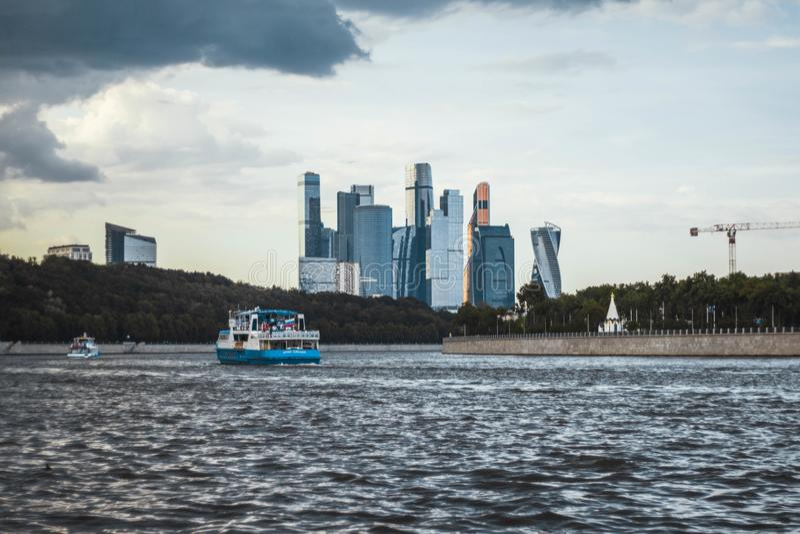 Moskwa, Rosja, Lipiec 2019: Zmierzchu widok drapacz chmur Moskwa miasta centrum biznesu i Moskwa rzeki parostatki zdjęcie royalty free