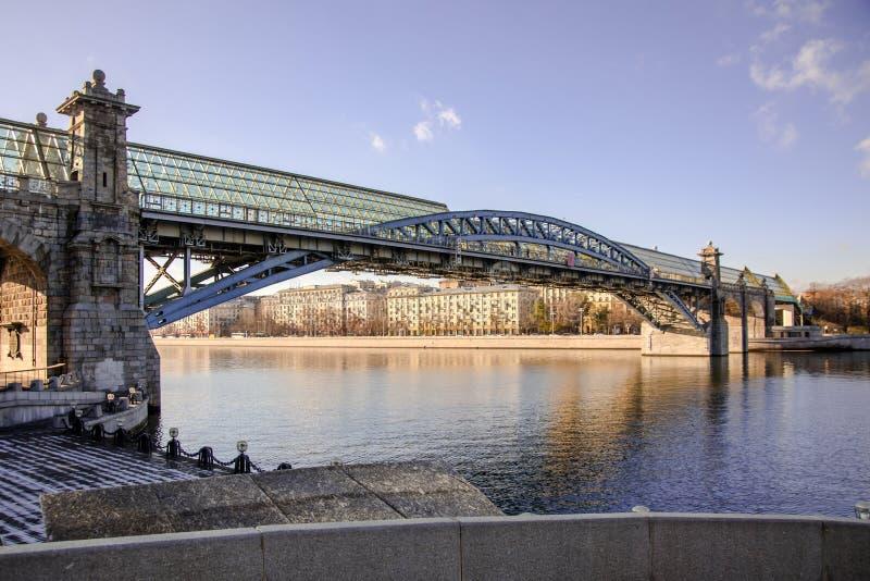 Moskwa Rosja, Listopad, - 8, 2017: Pushkinskiy most przez Moskva rzekę na Frunzenskaya bulwarze zdjęcie royalty free