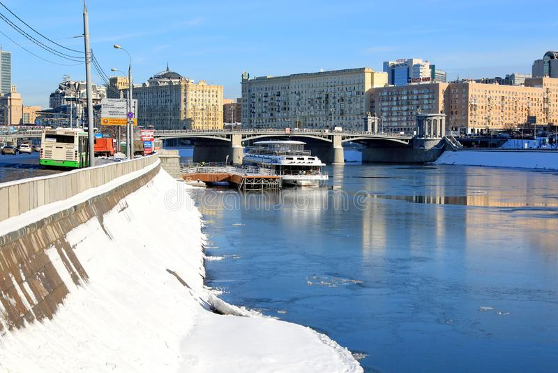 Moskwa Rosja, Luty, - 14, 2019: Berezhkovskaya bulwar, molo na Moskva rzece i Borodinsky most, obrazy stock