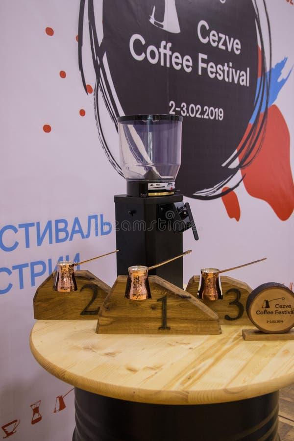 Moskwa, Rosja - 03 Luty, 2019 Cezve kawy festiwal Stół z nagrodami zdjęcia stock